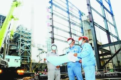 工程师在南化公司动力锅炉烟气膜法二氧化碳捕集示范装置前进行质量监督。 通讯员 陈斌摄