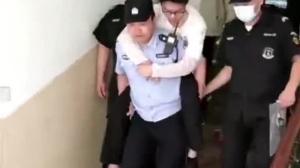 视频丨暖心!民警背考生出考场