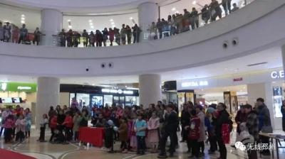 邳州新苏购物中心里围这么多人,究竟发生了什么......